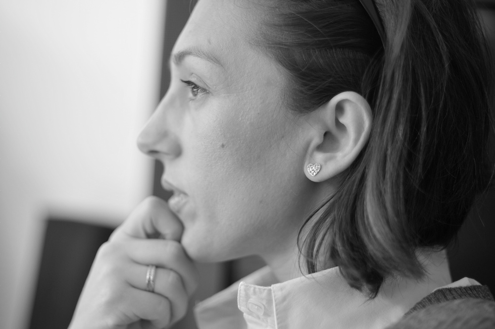 Дени, която слуша внимателно по време на оперативка