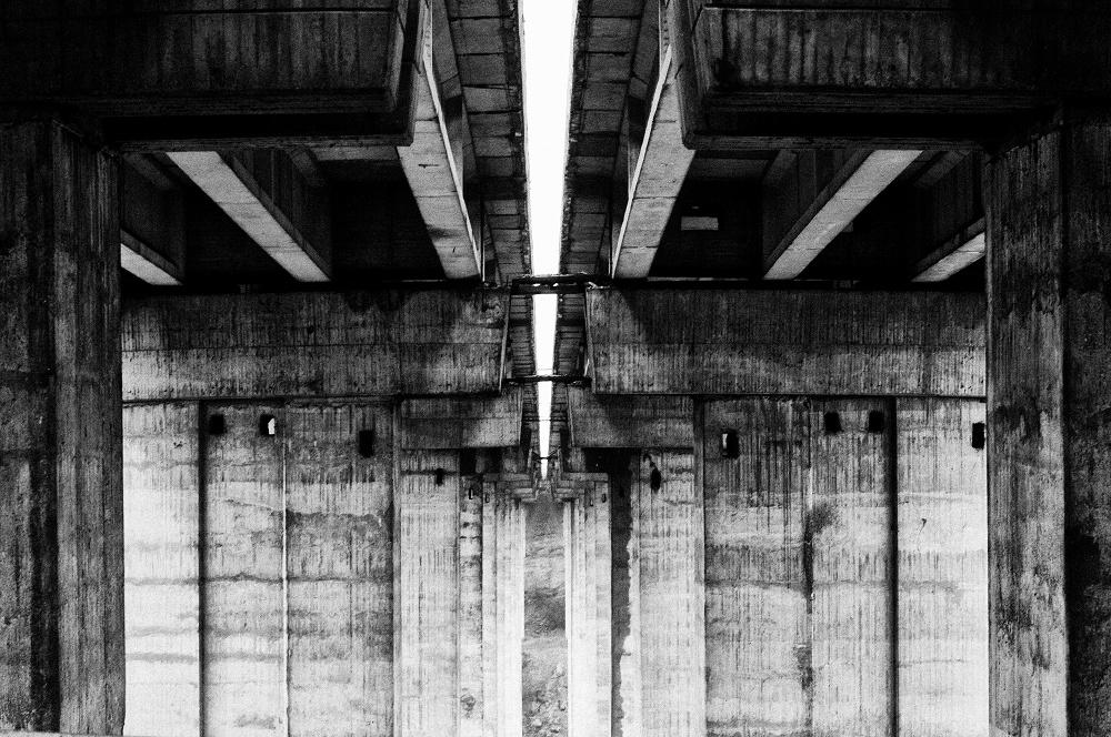 Снимка на магистрален мост, отдолу
